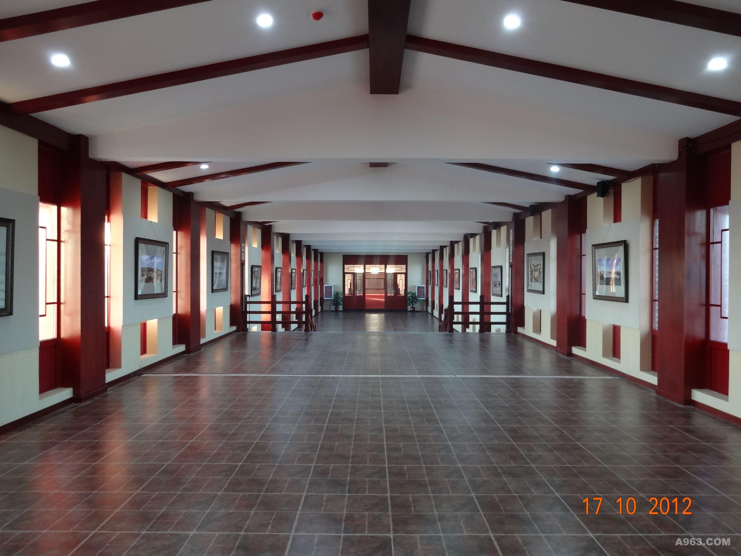 """甘泉宫---内蒙古东联书画博物馆,是国内外最大的当代中国书画名家经典艺术主题博物馆,是以中国国家画院为学术支持单位,当代百位中国书画名家担纲书画艺术顾问和艺术委员会委员,由内蒙古东联控股集团投资建设的大型书画博物馆。是组织创作、收藏、展览当代书画名家经典作品的专题性书画博物馆,也是目前国内外最大的当代中国书画名家经典艺术主题博物馆。 经过多次方案研讨和现场实地勘查,结合贵公司高管层的主题思想,我们紧紧围绕""""轻装修,重展览""""这一理念进行了二次深化布展设计。本次展览方案对103幅书画展"""